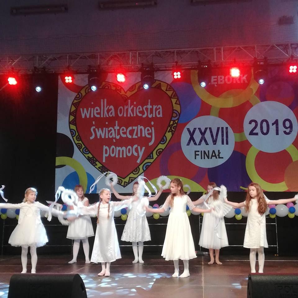 """WOŚP 2019 – dziewczyny podczas """"Tańca śnieżynek""""."""